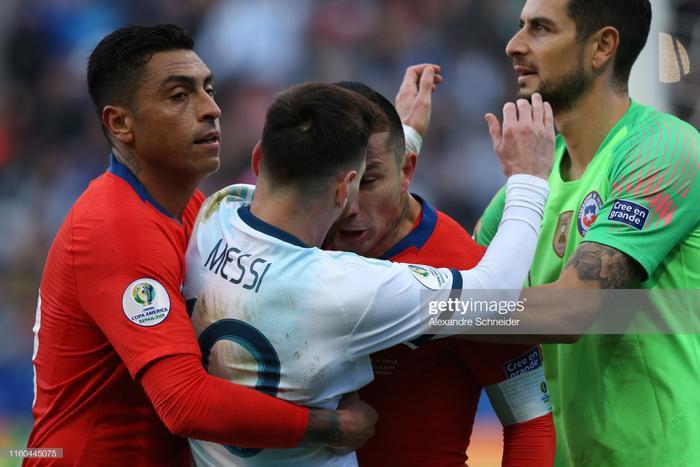 Từ một pha lao xuống bị bắt bài, Messi và Medel đẩy nhau ở đường biên ngang, lão tướng Medel tỏ ra vô cùng hung hãn và nóng nảy quá mức cần thiết khi liên tiếp húc đầu vào Messi.