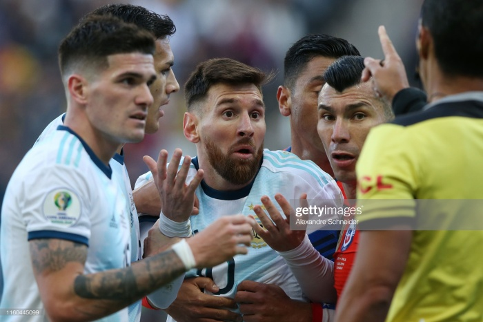 Khi đó La Pulga chỉ mới 18 tuổi, được tung vào sân ở phút 63 thay thế Lisandro Lopez. Tuy nhiên màn ra mắt của anh chỉ kéo dài 43 giây, có 3 pha chạm bóng trước khi nhận thẻ đỏ rời sân. Trong nỗ lực thoát khỏi sự truy cản của đối phương, Leo đã vô tình vung tay trúng mặt một cầu thủ Hungary và bị trọng tài truất quyền thi đấu.