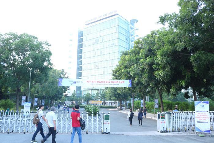 Các thí sinh có mặt rất sớm tại điểm thi trườngĐại học công nghệ thông tin - ĐHQG TP.HCM.