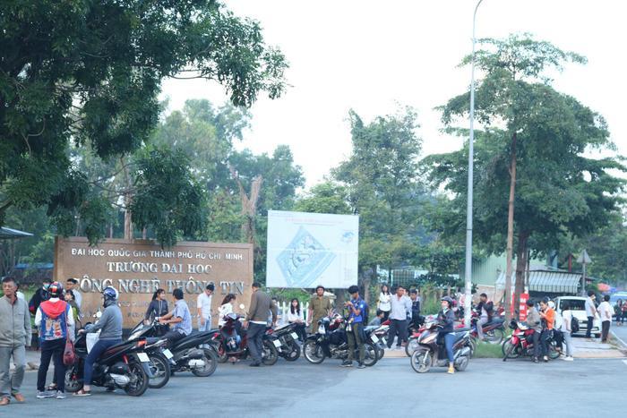 Dù 8h30 mới bắt đầu thi, nhưng khoảng 7 giờ sáng, bầu không khí tại điểm thi này đã vô cùng khẩn trương.