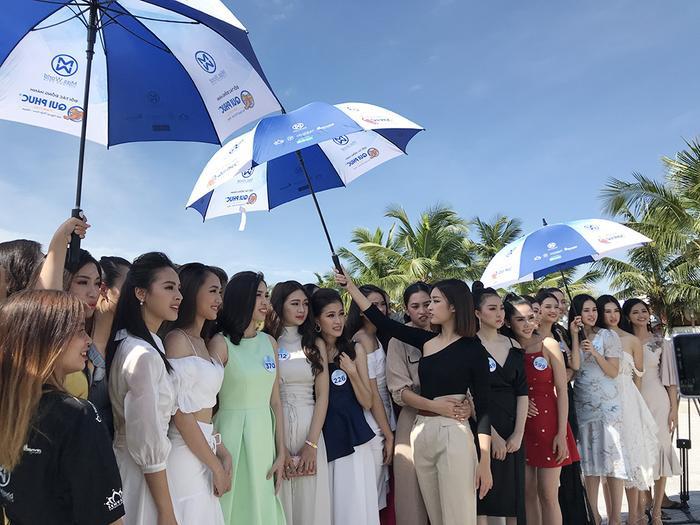 Lý do của việc cầm chiếc ô to che nắng cho thí sinh hồi lâu của Mỹ Linh rất dễ thương và cảm động
