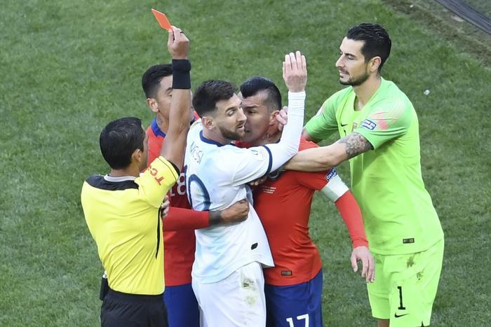 Messi quá bức xúc vì những quyết định từ trọng tài.