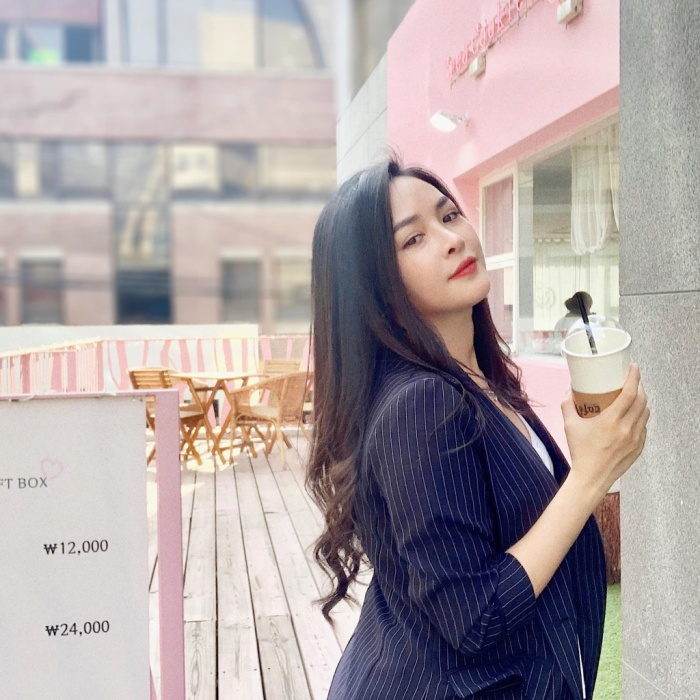 Hiện tại, Quỳnh làm việc cho bệnh viện thẩm mỹ Hàn Quốc nổi tiếng nơi thay đổi diện mạo cho cô nàng, ngoài ra, hot girl sinh năm 1992 cũng đã trở thành gương mặt quen thuộc với các nhãn hàng thời trang, mỹ phẩm, quảng cáo.