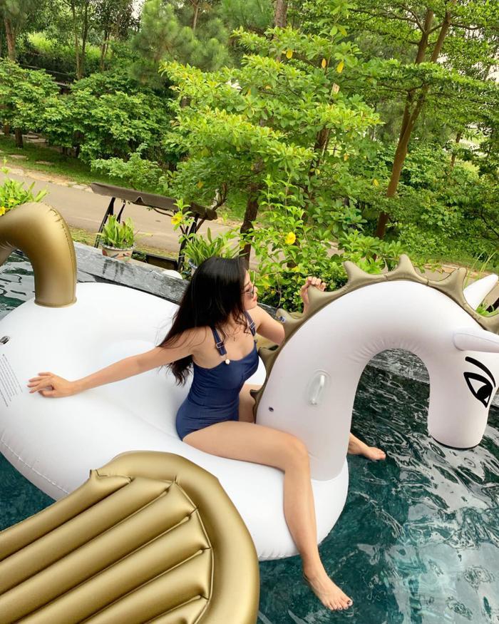 Trên trang cá nhân, người ta thấy lúc nào Thanh Quỳnh cũng bận rộn với công việc nhưng cũng không quên tận hưởng cuộc sống hạnh phúc của mình. Cô vui vẻ đi du lịch cùng hội bạn gái, không ngại khoe body gợi cảm với bikini.