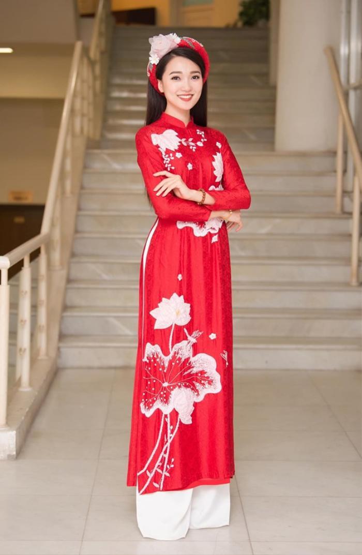 """Người đẹp bắt đầu nổi tiếng, được dân mạng truy tìm danh tính khi cô nàng xuất hiện trong phần trao giải cuộc thi """"Người đẹp Kinh Bắc"""" năm 2017 vì quá xinh đẹp, nổi bật."""