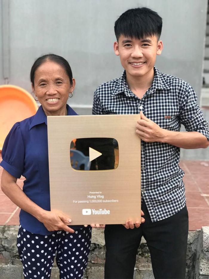 """Tài khoản Youtube của bà Tân Vlog được trao kỷ lục Việt Nam """"Người phụ nữ là nông dân được Nút vàng Youtube trong thời gian nhanh nhất tại Việt Nam""""."""