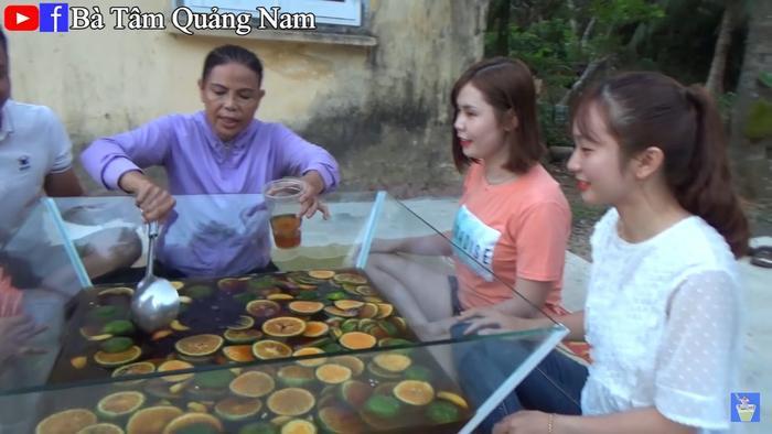 """Vlog của Bà Tâm Quảng Nam cũng có """"các cháu"""" đến ăn uống ủng hộ bà."""