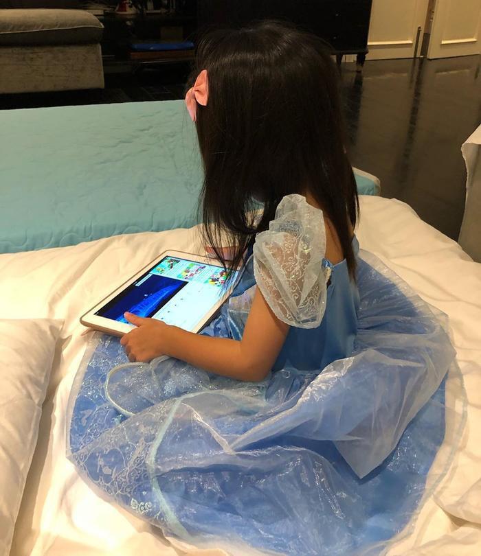 Cũng như người anh trai Richard của mình thì cô bé Chloe từ khi chào đời đến nay vẫn chưa một lần được vợ chồng Tăng Thanh Hà và Louis Nguyễn cho lộ dung nhan trên truyền thông và mạng xã hội.
