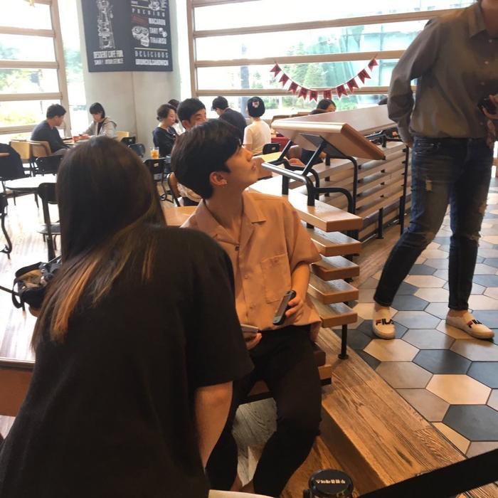 Yo Han mua nước giải khát và nghỉ chân. Tại đây, cậu ấy đã xem đoạn clip do fan edit về mình.