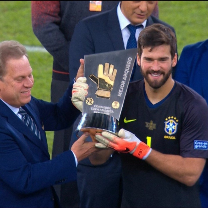Thủ thành Alisson Becker đoạt danh hiệu găng tay vàng.