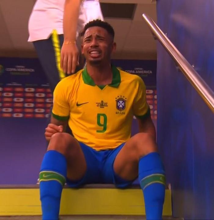 Ngôi trong đường hầm, tiền đạo CLB Man City khóc lóc và phải cần đến một nhân viên ban huấn luyện ĐT Brazil vào dỗ dành.