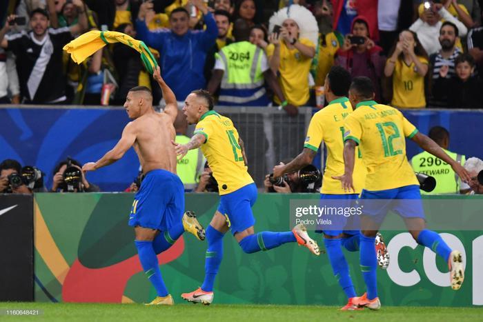 """CĐV cuồng nhiệt là vậy, phía dưới sân 2 đội cũng cống hiến một trận đấu cực kỳ hấp dẫn. Peru và Brazil liên tục """"ăn miếng trả miếng"""". 1 thẻ đỏ và 4 bàn thắng đã xuất hiện trên sân Maracana. Tuy vậy, với đẳng cấp của đội bóng hàng đầu khu vực, ĐT Brazil vẫn giành chiến thắng với tỉ số 3-1 và có lần thứ 8 lên ngôi ở đấu trường cao nhất Nam Mỹ này."""