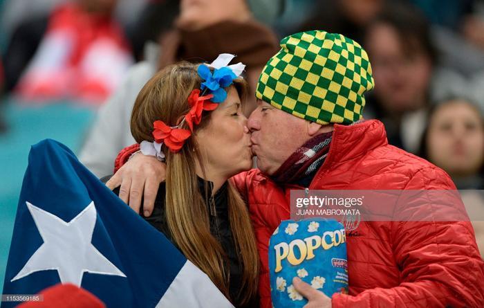 2 CĐV lớn tuổi của ĐT Peru cũng thể hiện tình cảm ngay trên sân.