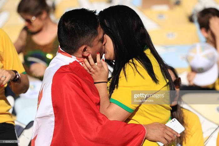 """Trên khán đài sân Maracana, trận chung kết Copa America 2019 giữa Peru và Brazil, một đôi nam nữ đến từ 2 quốc gia khác nhau đã tạo nên cảnh tượng hiếm khó khi """"khoá môi"""" cực nồng nhiệt dù chỉ mới lần đầu gặp nhau."""