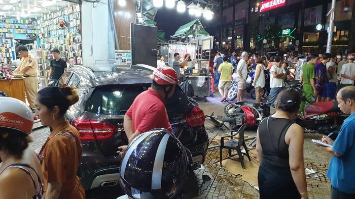Tại hiện trường,nhiều xe máy hư hỏng, nạn nhân nằm la liệt trên đường. Ảnh: Tin Tức