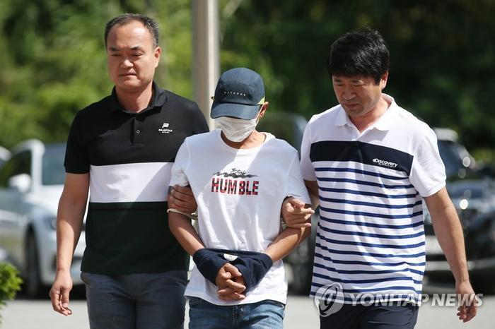 Nghi phạm Hàn Quốc trong vụ bạo hành vợ người Việt trình diện trướctoàn án quậnGwangju sáng 8/7. Ảnh: Yonhap