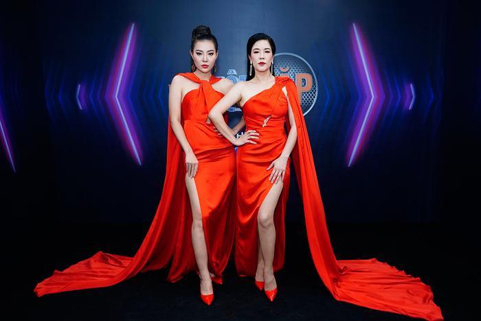 """Ton sur ton với bộ váy màu đỏ cut out khéo léo, khoe vóc dáng """"chuẩn mẫu"""", Thu Phương và Thanh Hương đã khiến khán giả """"nổi sóng"""""""