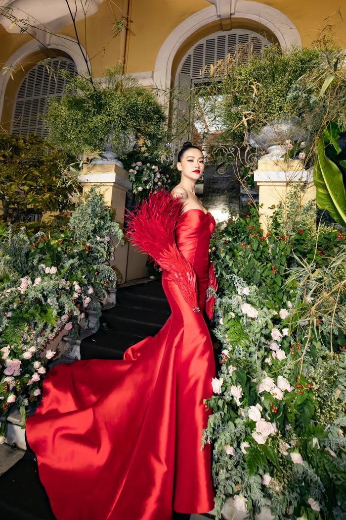 Phương Khánh gây ấn tượng khi hóa thân thành 'phượng hoàng lửa' trên thảm đỏ.