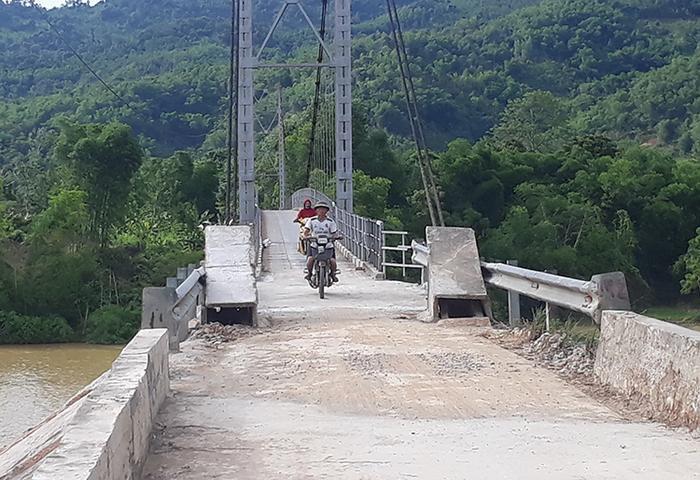 Người tham giao giao thông qua cầu treo Chôm Lôm ngày 8/7. Ảnh:Phạm Bá.