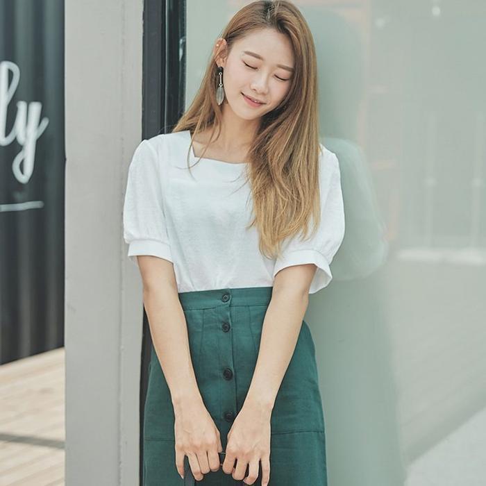 """Áo Blouse với một màu trắng tinh khiết khi kết hợp cùng chiếc chân váy chắc chắn sẽ khiến các nàng cũng trông thanh khiết không hề thua kém màu áo. Một set đồ nhìn trông có vẻ đơn giản nhưng lại không hề """"đơn giản"""" chút nào."""