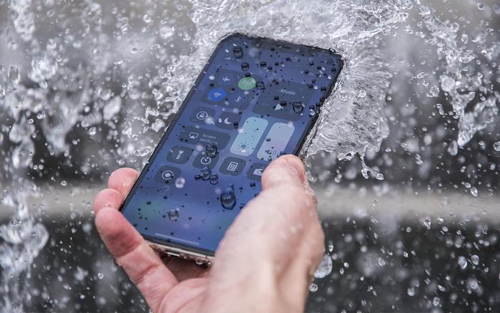 """Nếu muốn """"hạ hoả"""" iPhone nhanh chóng, hãy để điện thoại """"giải lao"""" 15 phút cho hạ nhiệt và đặt vàotủ lạnh."""