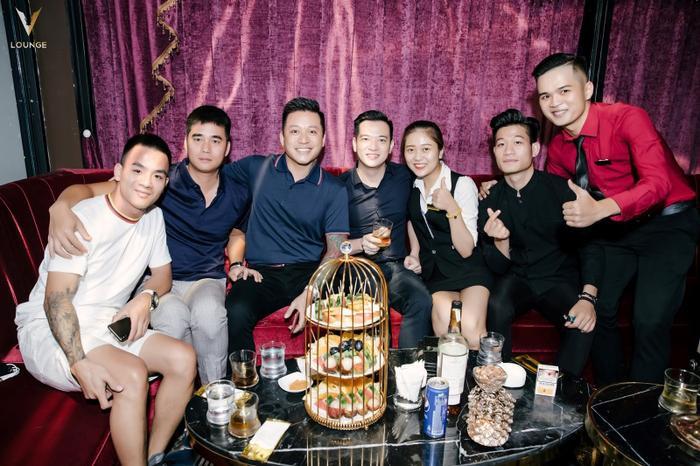 Sau hôm trình diễn tại V.Lounge, Tuấn Hưng lại tiếp tục trở lại và tổ chức tiệc cùng hội bạn.