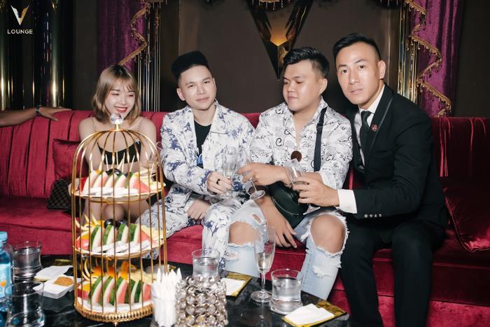 Sau buổi biểu diễn tại Đà Nẵng, Hoàng Tôn cũng đã ghé V.Lounge để tận hưởng cuộc sống về đêm.