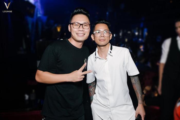 Đi cùng Hoàng Tôn là ca sĩ Lê Bảo Bình.