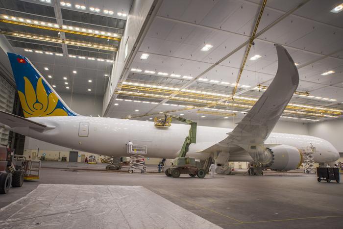 Hãng hàng không Vietnam Airlines cho biết, sắp tới đây sẽ nhận chiếc Boeing 787-10 đầu tiên. Trong ảnh là hình ảnh đầu tiên của siêu tàu bay tại nhà máy của Boeing. Tàu baycó chiều dài 68,3m.