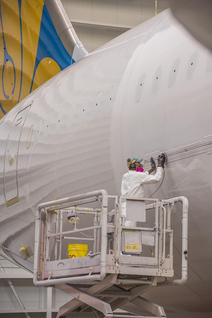 Từng chi tiết của máy bay được làm rất tỉ mỉ, cẩn thận. Tất cả các khâu sản xuất đều tuân theo tiêu chuẩn nghiêm ngặt, đảm bảo chính xác nhất.