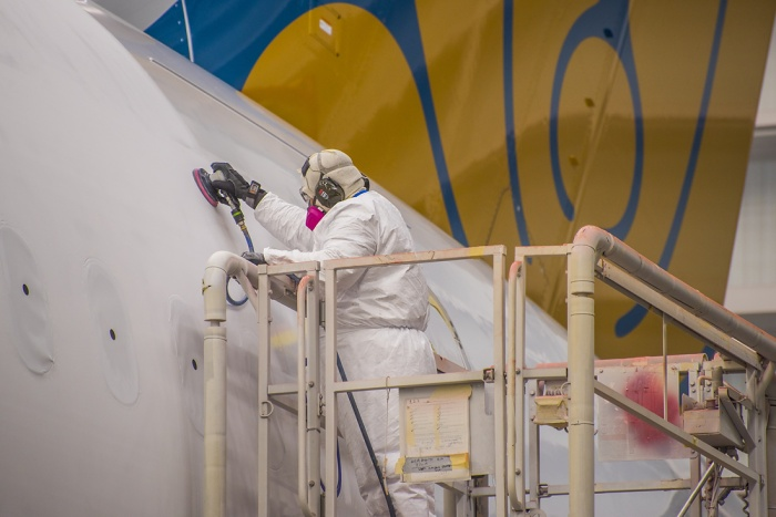 Công nhân nhà máy sản xuất đang làm những công đoạn cuối cùng tước khi sơn lên tàu bay.