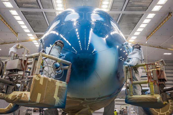 Công nhân đang tiến hành sơn màu sơn quen thuộc của hãng hàng không Vietnam Airlines. Dự kiến, Vietnam Airlines khai thác Boeing 787-10 với hạng Thương gia và hạng Phổ thông.