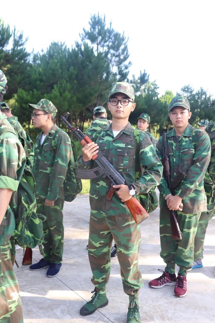 Không thua kém các nữ sinh, các nam sinh ĐH Tôn Đức Thắng trông cũng rất bảnh bao trong bộ quân phục.