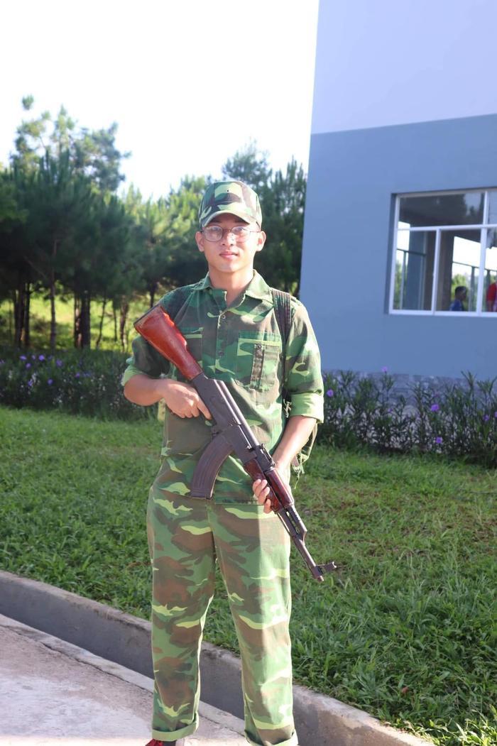 """Lại thêm 1 nam sinh """"cực phẩm"""" trong mùa quân sự tại Đại học Tôn Đức Thắng."""