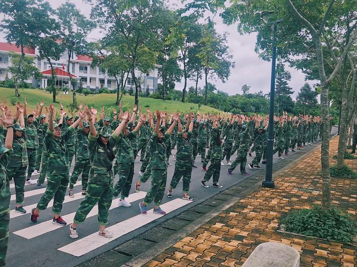 Không khí trong lành và khuôn viên xanh ngát quả thật rất lý tưởng cho các bạn sinh viên luyện tập.