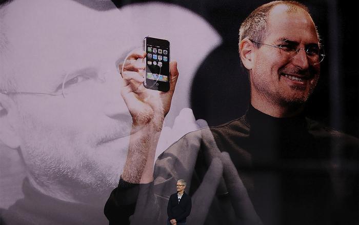 Đương thời, Steve Jobs là người đặc biệt quan tâm đến thiết kế và phát triển sản phẩm mới tại Apple. (Ảnh: Gettyimages)