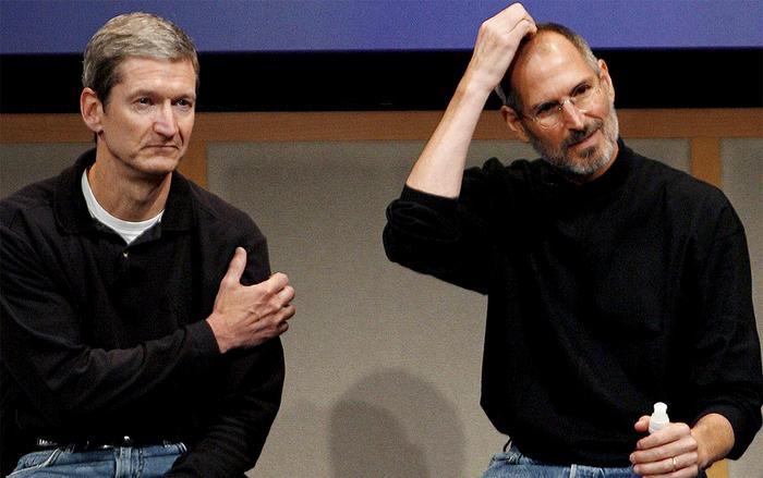 CEO đương nhiệm của Apple – Tim Cook (trái) và cố CEO kiêm sáng lập Apple – Steve Jobs (phải). (Ảnh: EPA)