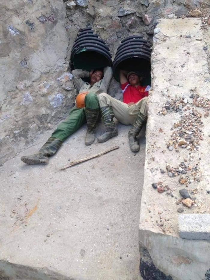 Đối với những người đàn ông này, họ chỉ cần một chỗ để nằm là đã mãn nguyện lắm rồi.
