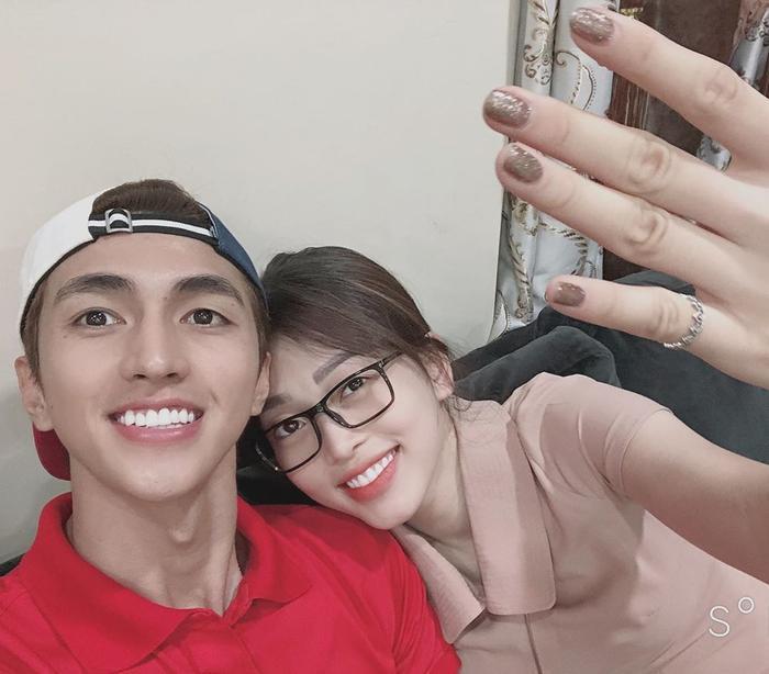 """Diễn viên Bình Anh chia sẻ hình ảnh đáng yêu cùng bạn gái Phương Nga """"bắt trend"""" Ông Cao Thắng cầu hôn Đông Nhi."""