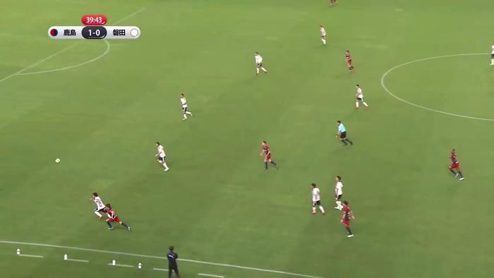 Cú đá hiểm hóc của cầu thủ Kashima Antlers.