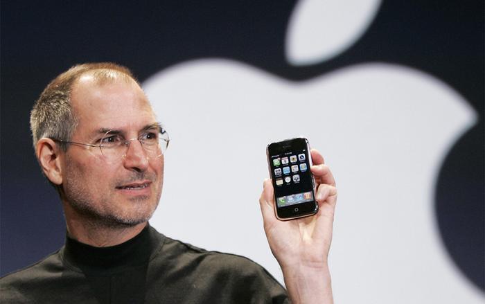 Cuối cùng Apple chọn sử dụng kính từ Gorilla Glass và tích hợp lần đầu tiên trên chiếc iPhone 2007, cũng là thế hệ đầu tiên của Apple.