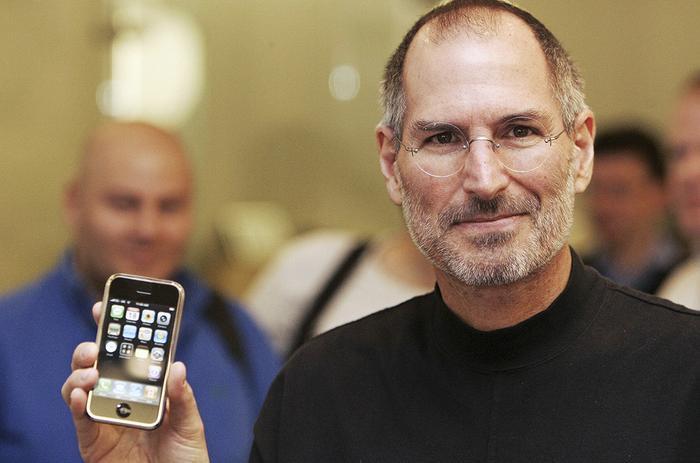 Chiếc iPhone đầu tiên mà Steve Jobs công bố vào tháng 1/2007 trang bị màn hình nhựa 3,5 inch.