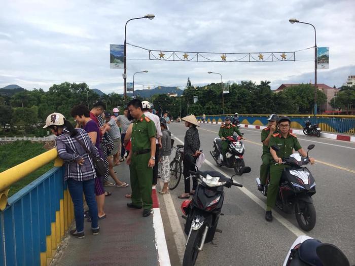 Nhiều người tập trung rất đông trên cầu.