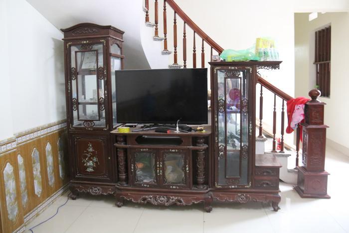 Ngôi nhà của bà khá rộng rãi với đầy đủ nội thất, được bài trí khá đơn giản nhưng ngăn nắp.