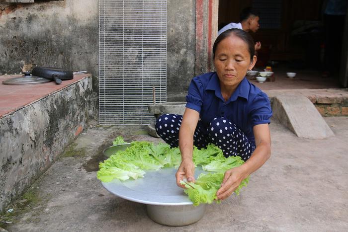 Những đồ ăn bà Tân làm mỗi lần khá nhiều, được bà chia cho người thân, hàng xóm.