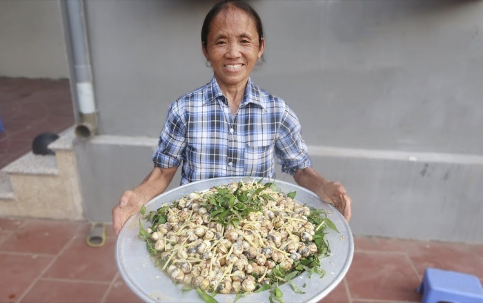 """Bà Tân nổi tiếng với những video chế biến món ăn """"siêu to khổng lồ"""". (Ảnh: Internet)"""