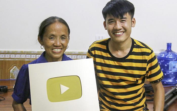 Bà Tân và con trai, anh Nguyễn Văn Hưng cùng nút vàng YouTube. (Ảnh: Vietnamnet)