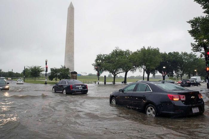 Lượng mưa lớn làm ngập giao lộ của Đường 15 và Đại lộ Hiến pháp, Tây Bắc.