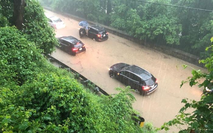 Vô số phương tiện bị nhấn chìm trên đường Canal gần Fletcher's Cove.