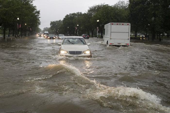 Mưa lớn gây ngập lụt tại giao lộ ở Đường 15 và đại lộ Constitution.